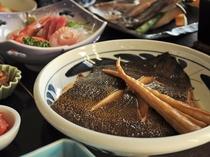 【夕食一例・極上プラン】一品料理も贅沢に!旬の味覚を楽しめます。