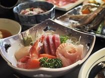 【夕食一例・極上プラン】旬のお刺身。新鮮な海の幸を贅沢にお召し上がり下さい。