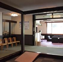 【ホテルエントランス】木のぬくもりを感じ、温かみを感じるロビーでお客様をお迎え致します
