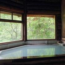 【四季折々の自然を眺められる温泉浴場】乳白色の蔵王温泉をたっぷりと源泉掛け流しでお愉しみいただけます