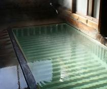 【共同浴場・上湯】下から沸き出す温泉が特徴的な浴場です。