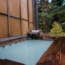 【貸切風呂 竜山】プライベートに温泉を愉しめる2名利用程度の露天風呂。少しだけ四季を感じられます