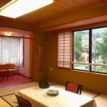 【和室角部屋46㎡・12.5畳・定員6名】角部屋に位置し、明るい雰囲気の中で滞在できます