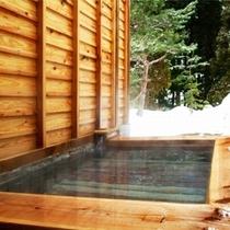 【貸切風呂〜竜山〜】沸かし湯の内風呂と、源泉掛け流しの露天風呂を完備。1回50分1,000円※先着順