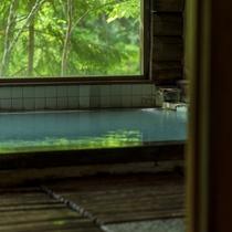 【丸太造りの温泉浴場】四季折々の自然を眺め、乳白色の蔵王温泉をたっぷりと源泉掛け流しで楽しめる