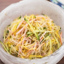 【夕食】日替わりのミニビュッフェ料理一例。お好きな量をお好きなだけ!和洋中、今夜は何が出るかな