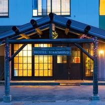 【ホテルハモンドたかみや】ロッジ風の玄関が迎えてくれる、リーズナブルに蔵王ステイが楽しめる温泉ホテル