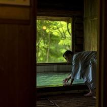 【丸太造りの温泉浴場】蔵王の豊かな自然の中、歴史ある効能豊かな蔵王温泉を源泉かけ流しで満喫する