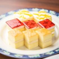 【夕食】日替わりのミニビュッフェ料理一例。スイーツもお好きなだけ召し上がれ♪