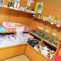 【売店「スーベニアショップ」】お土産、アルコールやソフトドリンク、アイスなど販売(営業7時~21時)