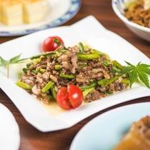 【夕食】日替わりのミニビュッフェ料理一例。お好きな量をお好きなだけ!今夜は何が出るかお楽しみに