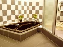 1階浴室(部分)の入口、洗い場が広くて2人で余裕