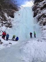 迫力の氷の滝でアイスクライミング