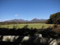 朝の牧場からの八ケ岳