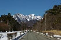 清泉寮に続く散歩道にそびえる権現冬景色