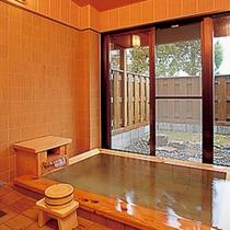 【家族風呂(檜風呂)】周囲を気にせずゆっくり温泉をお愉しみいただけます。