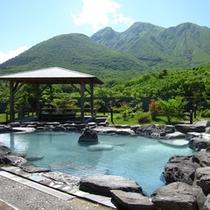 【展望露天風呂-春夏】新緑の九重連山を眺めながら温泉をお愉しみいただけます。