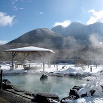 【展望露天風呂-冬】積もった雪に温かい温泉。冬はまた違った風情がございます。