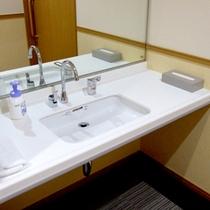 シンプルで使いやすいバリアフリールームの洗面台。