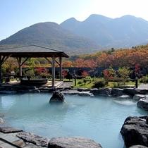 【展望露天風呂-秋】秋は色づいた九重連山を眺めながら紅葉露天風呂をお愉しみいただけます。