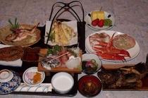 夕食の一例(季節により釜茹で紅ズワイカニ一匹 地魚をメインに)