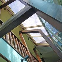 *エントランスをくぐると開放的な天窓のある吹き抜けロビーとなっております。