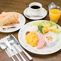 *【ご朝食一例】スタンダードな洋朝食をご用意。焼きたてトーストとコーヒーで目覚めもスッキリ♪