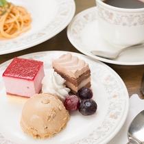 *【お夕食一例】食後のスウィーツはプティサイズのケーキをワンプレートにてご提供。