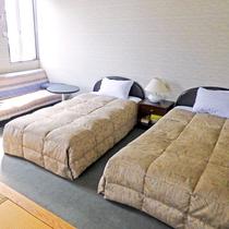 *和洋室 ベットサイド ベットの脇にはソファも。お部屋を広々と使って疲れを癒してください。
