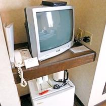 *お部屋には冷蔵庫・テレビ・電気ポッドなど最低限の備品各種そろっております。