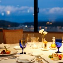福良湾の夜景とともにディナーをお愉しみください。