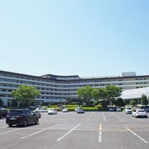 広々としたホテル駐車場(屋外のみ)収容台数250台以上!二輪車もこちらにお停めいただいております。