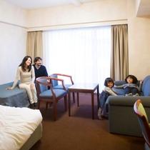 【ツインルーム】(35㎡)広々としたお部屋に、お人数に応じてエキストラベッドをご用意致します。