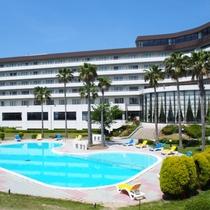 夏季期間は屋外プール営業あり。プールサイドはお散歩コースにもおすすめ♪