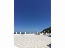 プールサイドからの青い空