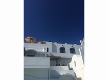 白い壁と青い空