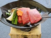 """松阪牛・神戸牛と並んだ日本三大和牛のひとつ。高級ブランド【霜降り""""米沢牛""""の朴葉焼】"""