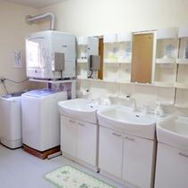 *【洗面台&洗濯機】長期滞在でも安心♪洗濯機も完備。