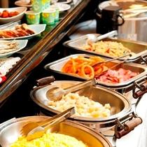 【朝食2】朝の食事で1日の活力を♪無料とはいえ日替わりで暖かいおいしいお料理をご提供いたします。