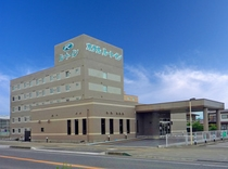 【第2西那須野】当ホテルの道を挟んだ正面にはルートイン第2西那須野が。背の高い建物が当ホテルです。