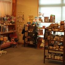 【売店】おもちゃ、焼物、雑貨、食べ物などのお土産をたくさんご用意しております。