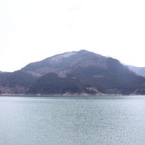 神山の中腹に佇む『冬桜の宿神泉』です。聞こえてくるのは鳥たちの囀りや風の音。大自然を満喫してください