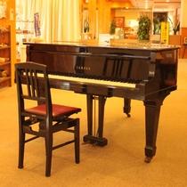【グランドピアノ】ロビーの一角に設置しています。自由にお使いいただけます。