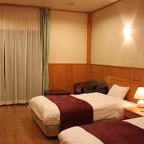【洋室ツインルーム】デッキから神流湖・山並み一望の絶景をお楽しみ下さい。