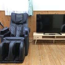 【特別室】マッサージチェアは無料です。心行くまでご利用ください。液晶テレビは大型の50インチです