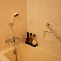 【客室内のお風呂】シャンプー・コンディショナー・ボディソープはPOLA社制のアロマシリーズです。