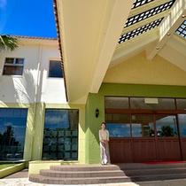 外観 沖縄エグゼス石垣島 南国情緒あふれる、空間でお客様をお待ちしております。