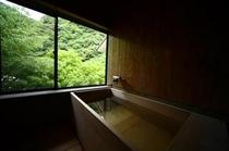 部屋の内風呂は檜造り