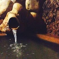 ゆっくりと洞窟内を進み、奥へと・・・。秘湯感をぜひ
