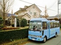 送迎用バスと隣接のレストラン